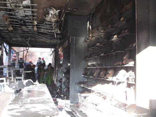 Đám cháy đã làm toàn bộ hàng hóa trong shop hư hỏng nặng