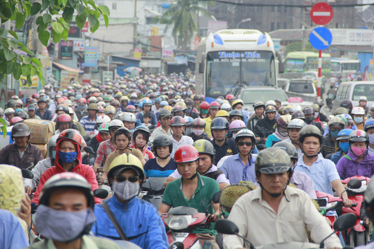 Ngay từ sáng sớm nhiều tuyến đường như Cộng Hòa, Nguyễn Kiệm, Quốc lộ 13, Quang Trung, Nguyễn Thái Sơn… đã xảy ra tình trạng kẹt xe.