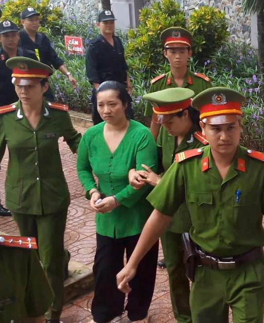 Bị cáo Lê Thị Hường được dẫn giải đến phiên xét xử