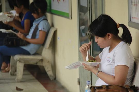 Bạn Phương (quê Tây Ninh) tranh thủ ăn cơm chay miễn phí tại trường để tiết kiệm tiền về quê.