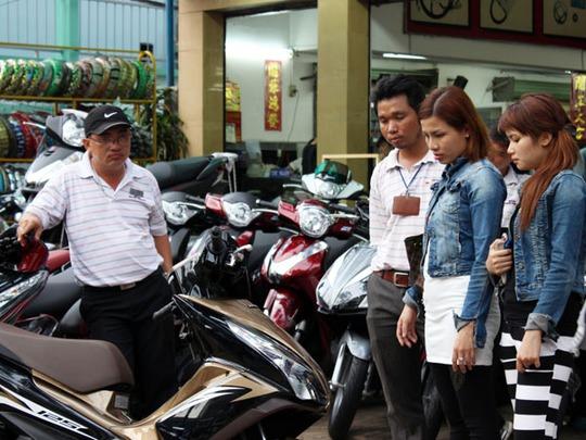 Tháng 7 âm lịch vẫn có nhiều khách hàng mua xe máy. Ảnh chụp tại một đại lý Honda ở quận 5, TP HCM