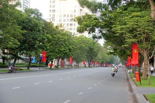 Những con đường rộng thênh thang, vắng bóng người, cờ hoa, băng rôn rực rỡ mừng lễ Quốc khánh nước Cộng hòa Xã hội Chủ nghĩa Việt Nam.