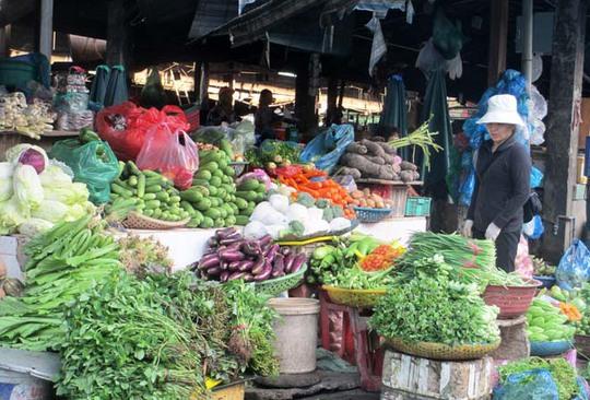 Các sạp bán rau, của quả chất đầy chợ nhưng rất ít người mua.