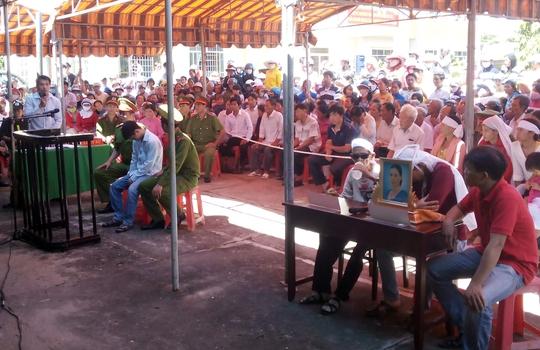 Đông đảo người dân đến dự phiên tòa