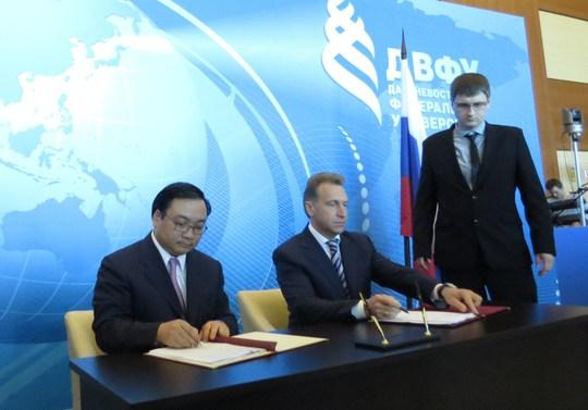 Phó Thủ Tướng Hoàng Trung Hải và Phó Thủ Tướng thứ nhất Chính phủ Liên bang Nga Igor Shuvalov tại buổi ký kết