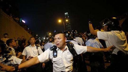 Cảnh sát giải tán người biểu tình đêm 13-10. Ảnh: Reuters