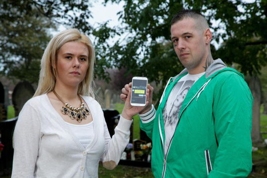 Sheri Emerson (trái) và chú của mình Graham Emerson cầm chiếc điện thoại nhận được tin nhắn từ số của bà cụ Emerson. Ảnh: SWS