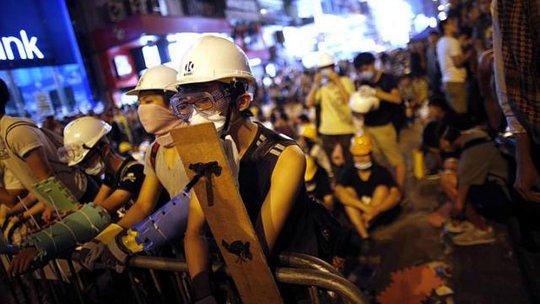 Người biểu tình tập trung ở khu Vượng Giác cuối tuần qua. Ảnh: Reuters