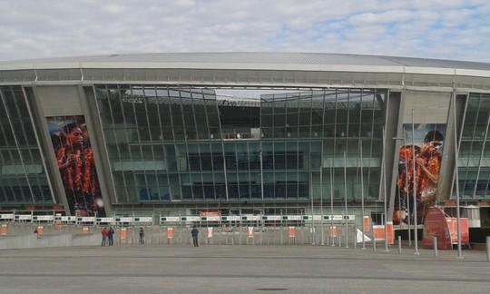 Vụ nổ khiến câu lạc bộ bóng đá Shakhtar Donetsk bị hư hỏng nặng. Ảnh: Vice News