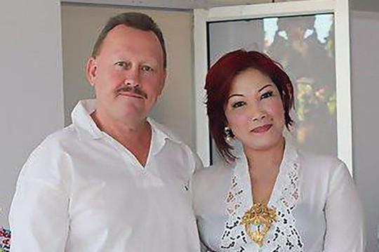 Ông Robert Kelvin Ellis (trái) và vợ. Ảnh: Mirror