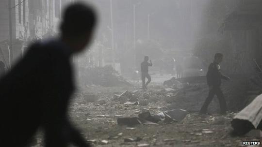 Ngoại ô Damacus trúng bom từ không quân Syria. Ảnh: Reuters