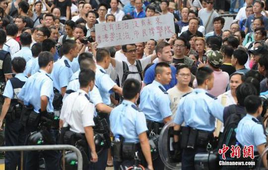 Cảnh sát Hồng Kông lập hàng rào người hôm 22-10. Ảnh: China News