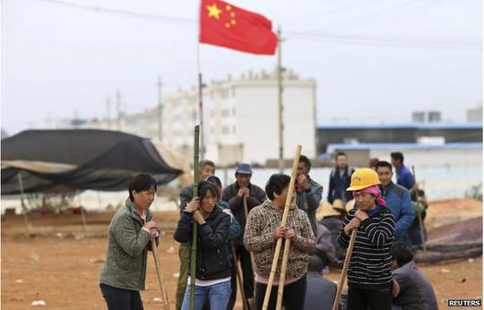 Dân làng Fuyou phản đối vụ bồi thường không thỏa đáng ngày 14-10. Ảnh: Reuters