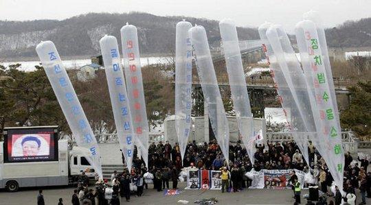 Bong bóng mang truyền đơn thả sang Triều Tiên hôm 10-10. Ảnh: Waging Nonviolence