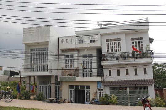 Những căn nhà trên thuộc sở hữu của ba anh em gồm ông Lê Hữu Phước, Lê Hữu Ngọc, Lê Hữu Lợi, được xây dựng từ năm 2009, 2010 và 2011 nhưng hiện nay đã bị nghiêng tới mức báo động, xuất hiện những vết nứt toác lớn, nguy cơ đổ sập trong thời gian tới là rất cao.