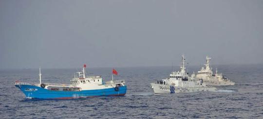 Cảnh sát biển Nhật Bản đuổi theo một tàu cá Trung Quốc ngoài khơi đảo Miyako, tỉnh Okinawa. Ảnh: AP