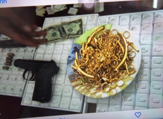 Số vàng các đối tượng cướp được và khẩu súng dùng để cướp tiệm vàng