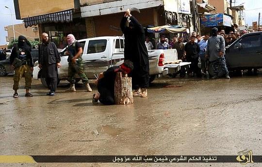 IS chặt đầu 3 dân thường ở TP Raqqa - Syria. Ảnh: Daily Mail