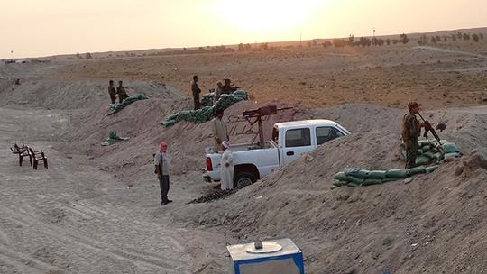 Các thành viên bộ tộc người Sunni chiến đấu chống IS ở thị trấn Amriyat al-Falluja, tỉnh Anbar - Iraq. Ảnh: Reuters