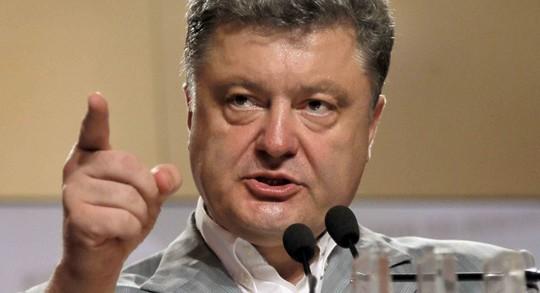 Tổng thống Ukraine Petro Poroshenko vừa lệnh cho quân đội tiếp viện tới các thành phố trọng điểm ở miền Đông và Nam nước này. Ảnh: AP
