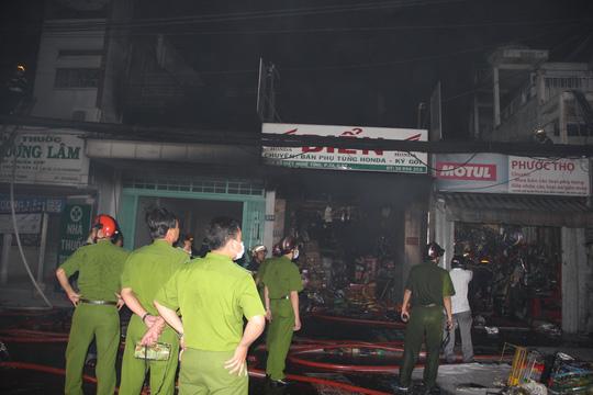 TP HCM: Cháy lớn ở 3 cửa hàng bán phụ tùng xe máy