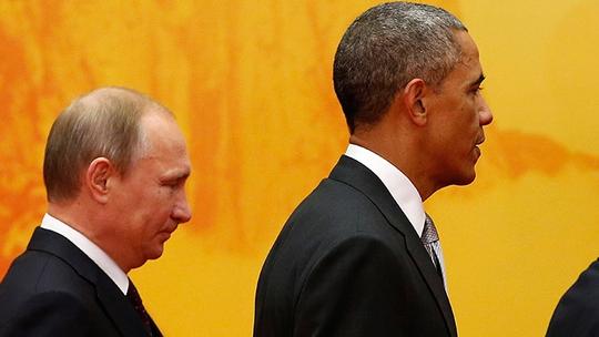 Tổng thống Putin (trái) và Tổng thống Obama (phải) luôn tránh ánh mắt của nhau tại APEC. Ảnh: Reuters