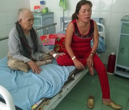 Bà Rớt đang chăm sóc mẹ ở bệnh viện