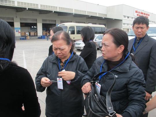 Ngay từ sáng sớm, người thân, bạn bè đã có mặt tại sân bay Nội Bài (Hà Nội) làm thủ tục chờ đón thi thể của 3 mẹ con chị Minh