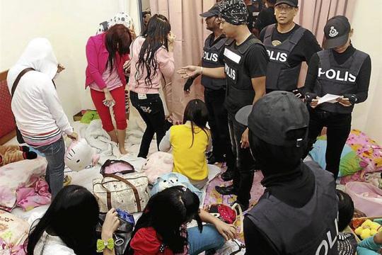 Cảnh sát Malaysia trong một vụ giải cứu người nước ngoài tháng 10-2013 tại TP Klang. Ảnh: Best FBKL