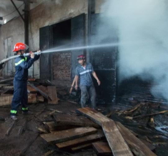 Sau 3 giờ nỗ lực, lực lượng PCCC mới dập tắt được lửa