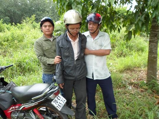 """Đối tượng Đặng Anh Kiệt (giữa) bị """"hiệp sĩ"""" Nguyễn Thanh Hải và Nguyễn Nhựt Tân khống chế."""