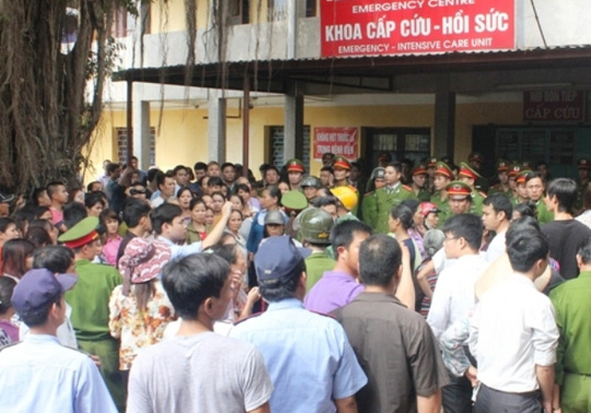 Người dân bao vây Bệnh viện Sản - Nhi tỉnh Ninh Bình chiều ngày 26-11