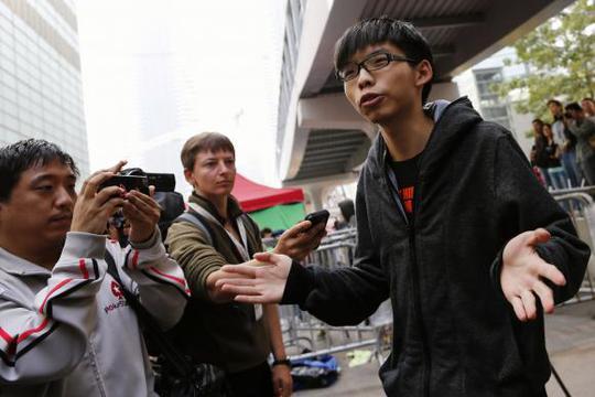Thủ lĩnh phong trào sinh viên Hồng Kông Joshua Wong (phải). Ảnh: Reuters