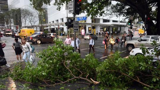 Cơn bão ập vào TP Brisbane - Úc chiều 27-11. Ảnh: AP