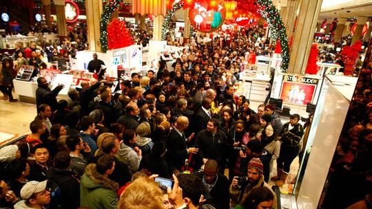 """""""Ngày thứ sáu đen"""" là một trong những ngày mua sắm lớn nhất trong năm tại Anh. Ảnh: Reuters"""