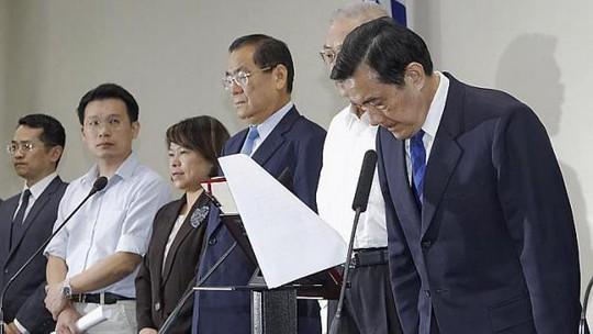 Nhà lãnh đạo Đài Loan Mã Anh Cửu (phải) cúi đầu trong một cuộc họp báo với các quan chức đảng cầm quyền sau khi Quốc dân Đảng (KMT) bị đánh bại trong cuộc bầu cử địa phương ở Đài Bắc ngày 29-11-2014. Ảnh: Reuters