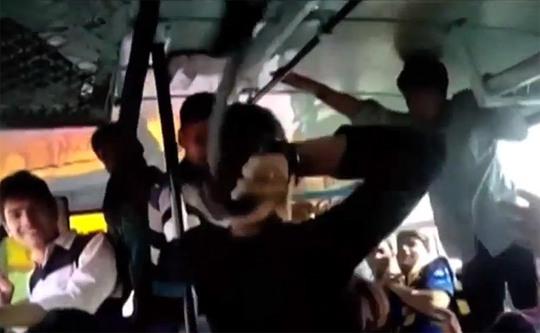 2 cô gái rút thắt lưng đánh trả, sau đó bị đẩy xuống xe. Ảnh: Youtube