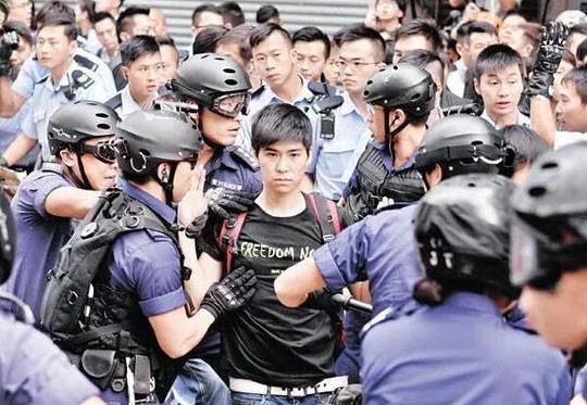 Chàng thanh niên Lester Shum vẫn tỏ ra bình thản khi bị cảnh sát bắt giữ. Ảnh: Twitter