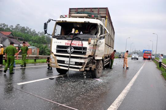 Sau vụ tai nạn, xe tải 76C-02732 bị hư hỏng nặng ở phần đầu bên trái. Ảnh: T.Trực