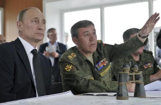 Tướng Valery Gerasimov (phải) cùng tổng thống Nga Putin theo dõi một cuộc tập trận của quân đội. Ảnh: RIA Novosti