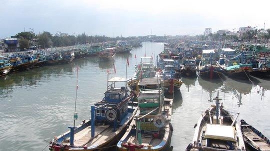 Tàu thuyền về cảng Phan Thiết tránh bão