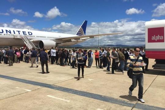 Hành khách chờ đợi tại sân bay Canberra. Ảnh: Twitter