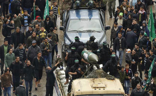 Chiến binh Hamas diễu hành ở Gaza hôm 14-12. Ảnh: Reuters