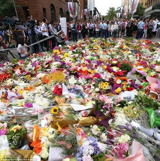 Hoa tưởng niệm các nạn nhân ở Sydney. Ảnh: Daily Mail