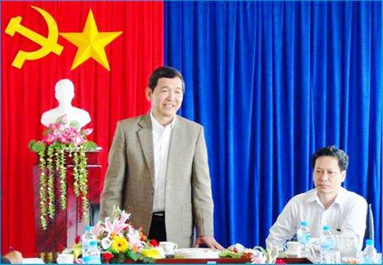 Ông Lê Thanh Phương (đầu tiên bên phải), Giám đốc Sở TT-TT Phú Yên đang bị đề nghị kỷ luật nghiêm minh về đảng và pháp luật do nhiều sai phạm về tài chính