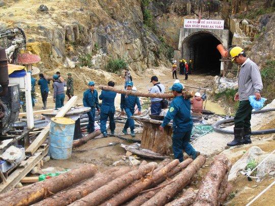 Lực lượng cứu hộ đang đưa cây chống đỡ vào bên trong để đẩy nhanh tiến độ đào ngách cứu nạn