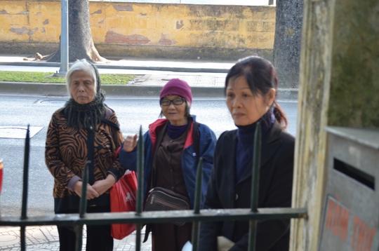 Nhiều người dân đứng ngoài viếng vọng vào nhà Đại Tướng Võ Nguyên Giáp