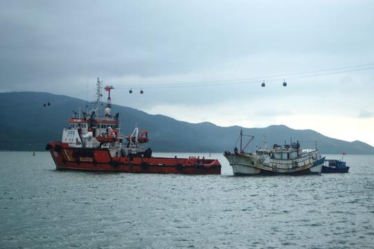 Tàu cảnh sát biển llai dắt tàu Trung Quốc vào nơi an toàn