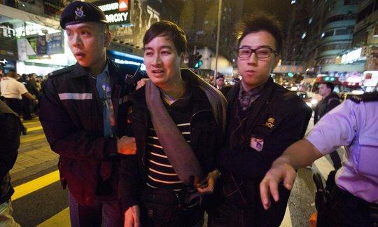 Một người biểu tình bị cảnh sát bắt giữ. Ảnh: EPA