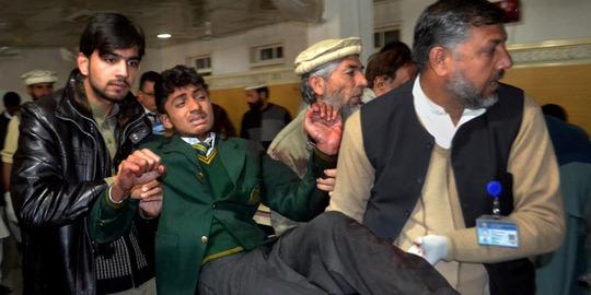 Một người bị thương trong vụ thảm sát trường học ngày 16-12. Ảnh: AP